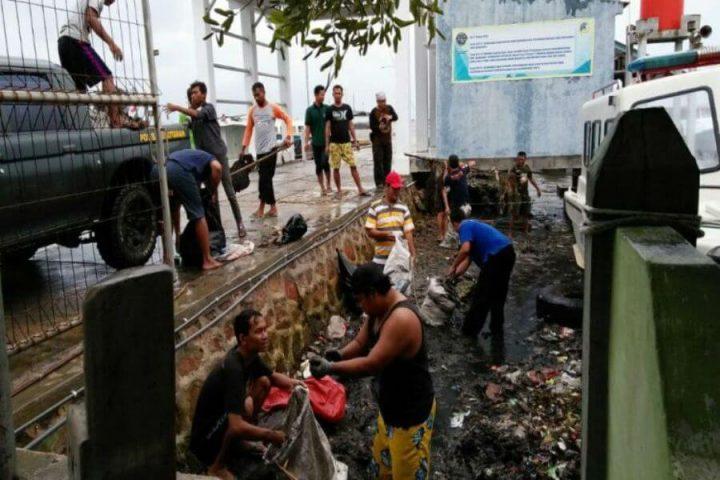 sampah-plastik-dan-oli-penuhi-pantai-pelabuhan-karimunjawa