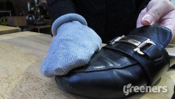 mengilapkan-sepatu-kulit